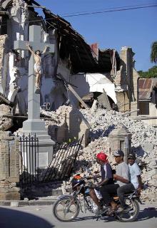 crucifixo_catedral_port_au_prince_haiti_depois_sismo_2010_01